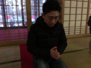 善宝寺でご祈祷をする漁師