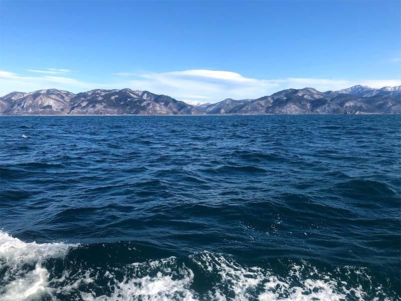 日本海から見た冬の山