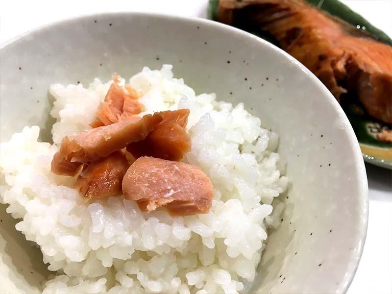 塩引き鮭をアツアツのご飯に乗せて食べる贅沢な食事