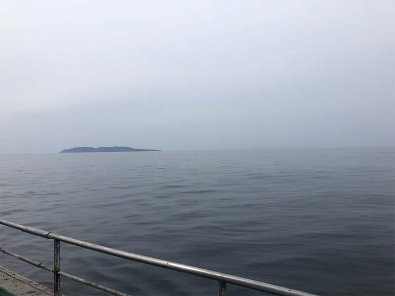 日本海の粟島で漁をする漁船
