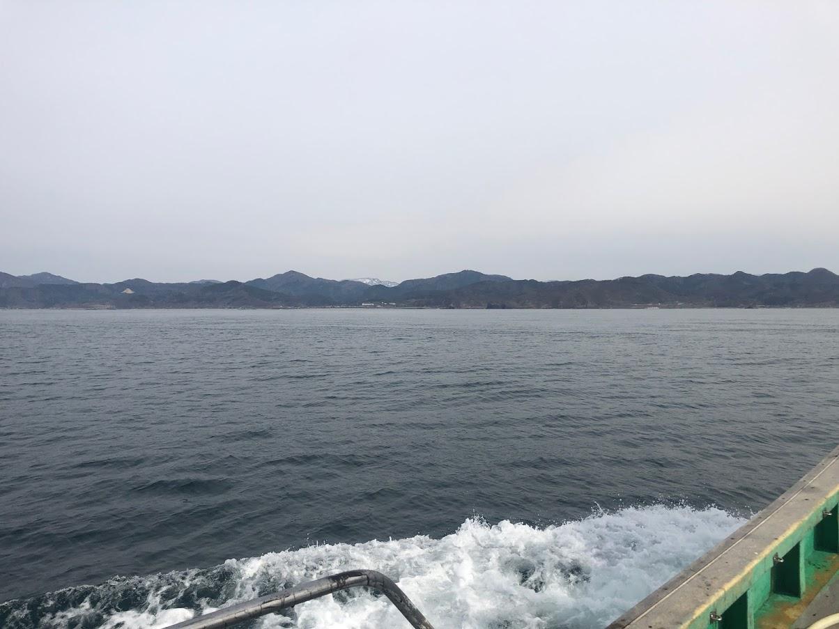 春の凪の良い日本海で漁船が走る