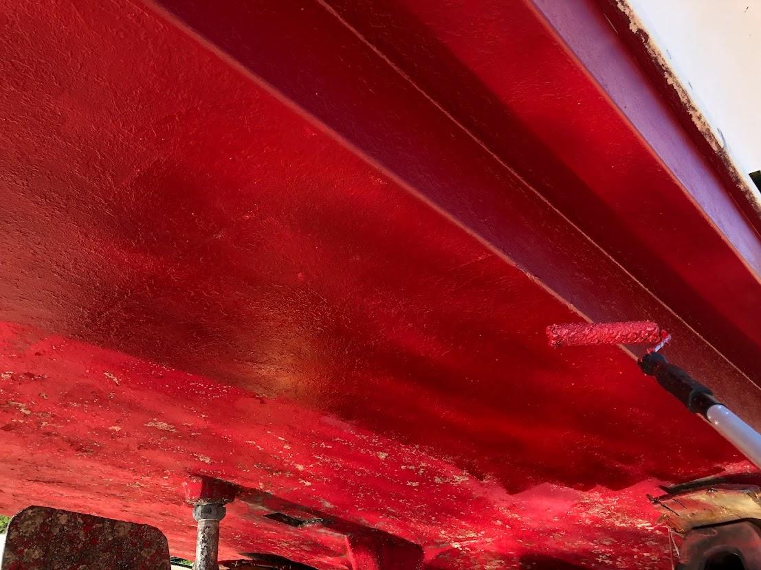 赤い船底塗料を塗る作業
